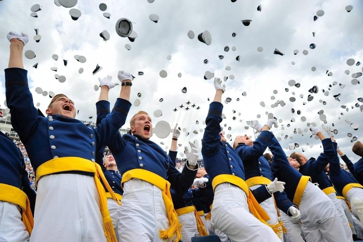 13.jan.2016 - A turma de formandos de 2015 da Força Aérea dos Estados Unidos joga seus chapéus em celebração do fim do treinamento no Colorado. Mais de 800 cadetes se formaram na cerimônia. O clique da formatura entrou no ranking criado pelo site Business Insider de melhores imagens da Força Aérea americana em 2015