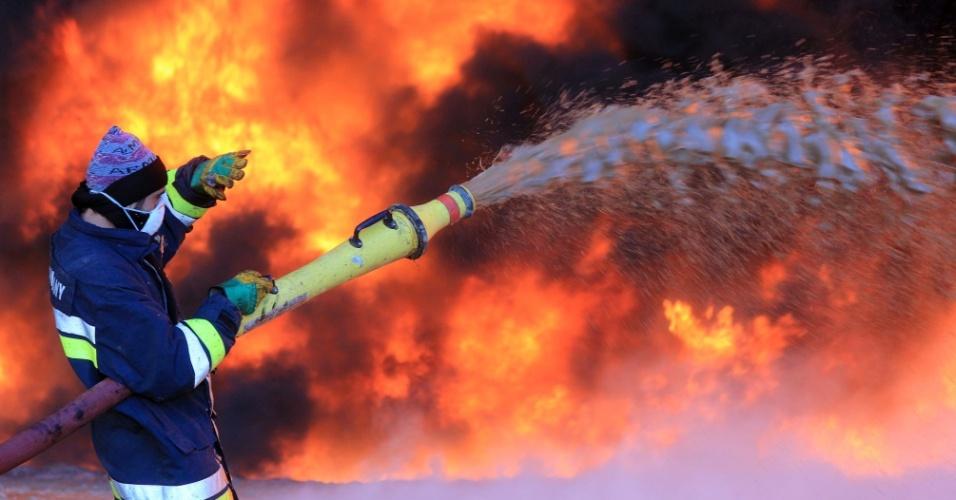 22.jan.2016 - Bombeiro trabalha para combater incêndio em refinaria atacada nesta quinta-feira (21) por grupo jihadista ligado ao Estado Islâmico no norte da Líbia. O refinaria fica localizada na região de Ras Lanouf, um dos principais centros de exportação de petróleo do país, e por isso é alvo de grupos terroristas
