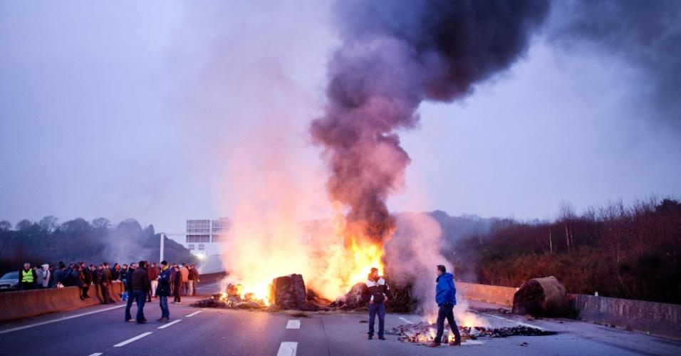 25.jan.2016 - Fazendeiros fecharam rodovia na cidade de Lorient, na França, em protesto contra o baixo preço pago aos produtores pelo leite e pela carne