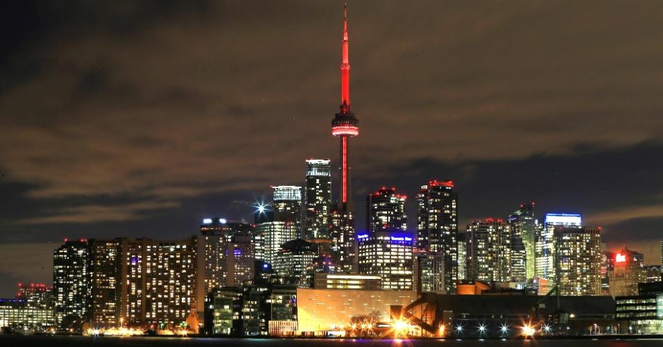2.fev.2016 - Um dos maiores símbolos do Canadá, a Torre CN é iluminada de vermelho na noite desta segunda-feira (1º) para celebrar a chegada nos próximos dias do Ano-Novo lunar chinês, em Toronto. A Torre CN tem 553 metros de altura e é o principal cartão postal da cidade