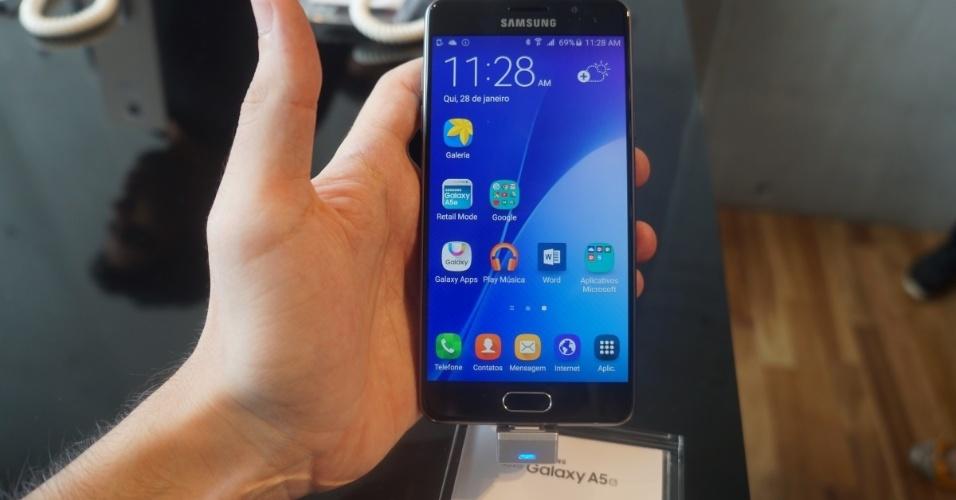 28.jan.2016 - A Samsung adicionou dois smartphones a seu portfólio no Brasil: a nova geração do Galaxy A7 e do Galaxy A5. Os aparelhos são praticamente idênticos. Ambos contam com processador octa-core de 1,6 GHz, 16 GB de armazenamento, câmera traseira de 13 megapixels e frontal de 5 megapixels. As diferenças ficam por conta da tela AMOLED Full HD (o A7 tem 5,5 polegadas, enquanto o A5 tem 5,2 polegadas), memória RAM (o A7 tem 3 GB, enquanto o A5 tem 2 GB) e bateria (3.300 mAh no A7, 2.900 mAh no A5). Apesar das especificações técnicas intermediárias, os aparelhos estreiam com um preço bastante salgado: R$ 2.499 (A7) e R$ 2.199 (A5)