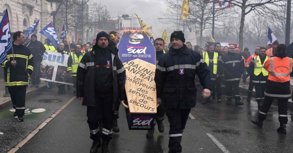 13.fev.2016 - Bombeiros realizam marcha com caixão em protesto contra o encerramento de 19 serviços de emergência e centros de incêndio em Valence, no centro-leste da França