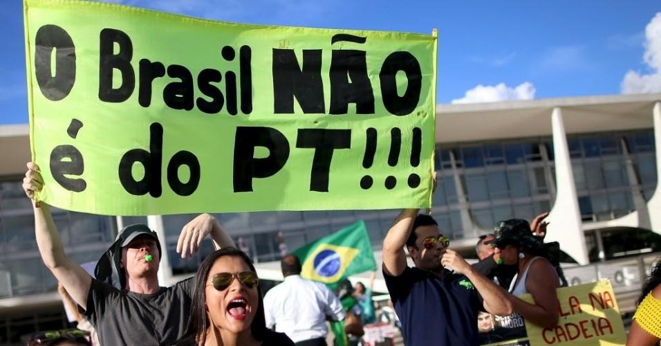 16.mar.2016 - Grupo protesta contra o governo Dilma Rousseff, que nomeou o ex-presidente Luiz Inácio Lula da Silva (PT) como ministro da Casa Civil, em frente ao Palácio do Planalto, em Brasília