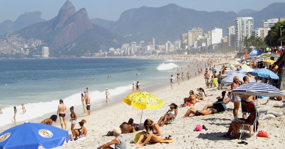 9.abr.2016 - Cariocas, fluminenses e turistas aproveitam o sábado de calor e céu azul na praia de Ipanema, na zona sul do Rio de Janeiro