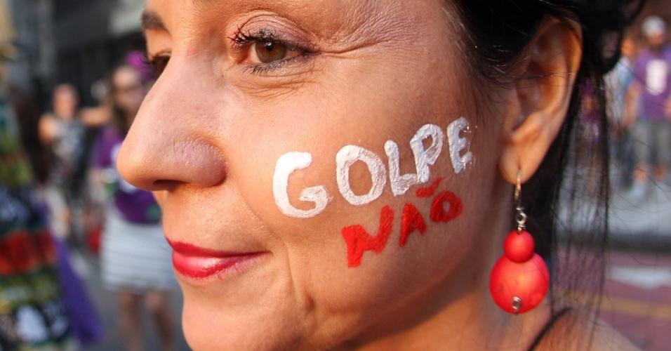 16.abr.2016 - Manifestantes que defendem o mandato da presidente Dilma Rousseff realizam neste sábado ato na Praça do Patriarca, no centro de São Paulo