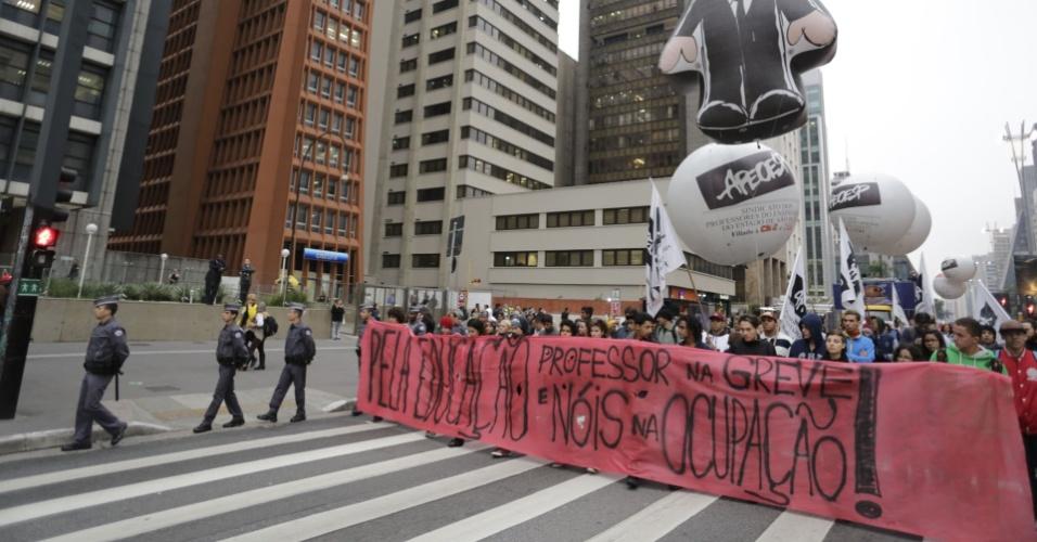 """29.abr.2016 - Após assembleia, na avenida Paulista, professores da rede estadual fazem caminhada até o Centro Paula Souza, no centro de São Paulo, para apoiar o protesto dos secundaristas. Os estudantes ocupam o local desde a tarde de quinta-feira (28) em protesto contra a """"máfia da merenda"""" e os cortes de recursos na educação"""