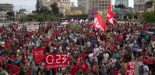 Manifestantes se reúnem no Largo da Batata para ato contra o governo Temer