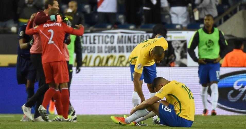 13.jun.2016 - Miranda consola Renato Augusto (sentado) após o fim da partida do Brasil contra o Peru em Massachusetts, nos EUA, na noite deste domingo (12). Com a derrota por 1 a 0, a seleção brasileira foi eliminada da Copa América