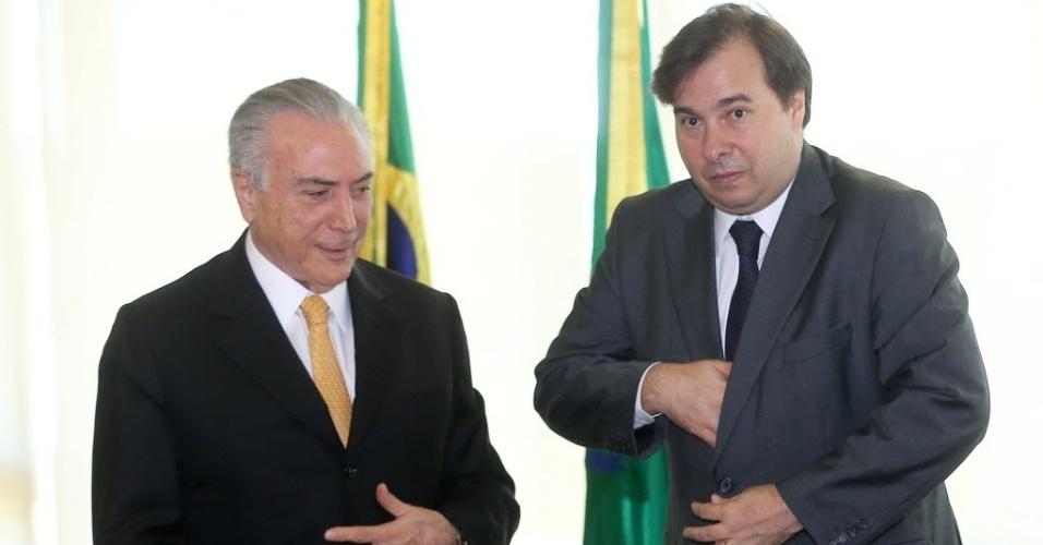 14.jul.2016 - O presidente interino, Michel Temer (PMDB), recebe o novo presidente da Câmara dos Deputados, Rodrigo Maia (DEM-RJ), em seu gabinete no Palácio do Planalto, em Brasília