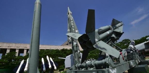 Réplicas de mísseis norte-coreanos e sul-coreanos são expostos no Memorial da Guerra da Coreia, em Seul