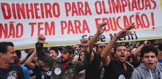 3.ago.2016 - Manifestantes protestam contra os Jogos Olímpicos em São João de Meriti