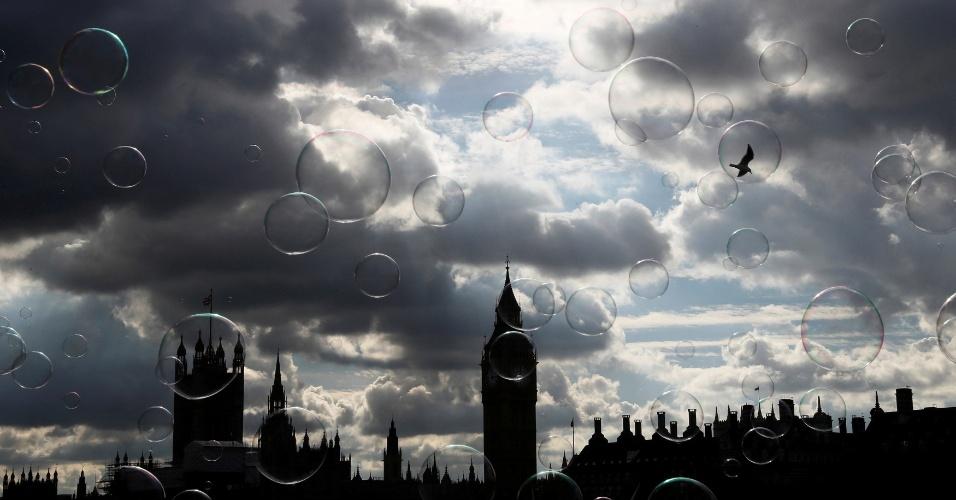 10.out.2016 - Bolhas de sabão flutuam sobre as casas do Parlamento no centro de Londres, na Grã-Bretanha