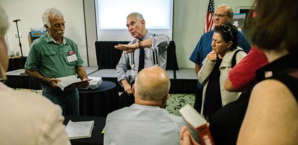 Roger Stone em sessão de autógrafos após palestra na conferência anual Oswald