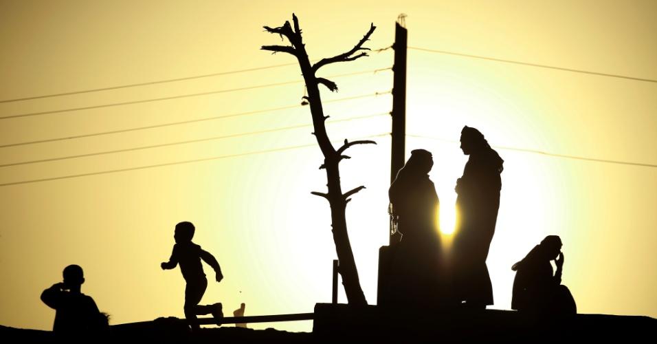 21.out.2016 - Pessoas que fugiram do conflito entre forças do Iraque e militantes do Estado Islâmico caminham em campo de refugiados de al-Hol, na província síria de Hasakeh