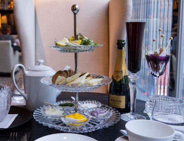 Serviço de chá da tarde com champanhe e caviar no hotel Baccarat, em Nova York
