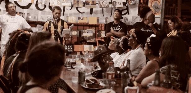 Participante do Sarau da Cooperifa se apresenta em bar na zona sul de São Paulo  - Reprodução/UOL