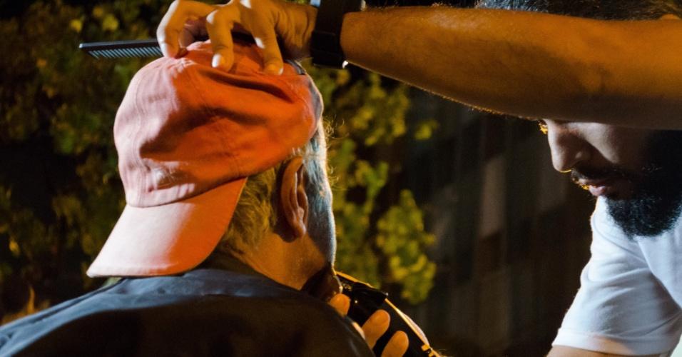 Além de oferecer banho, a ação conta ainda com corte de cabelo e barba, roupas limpas e lanche.
