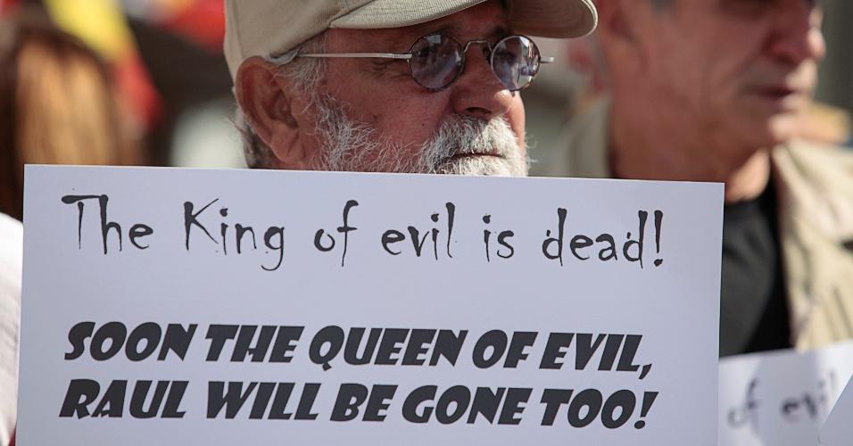 """27.nov.2016 - """"O rei do mal está morto. Logo mais a rainha do mal, Raúl, também irá morrer"""", diz cartaz de um entusiasta da morte de Fidel Castro em Little Havana, distrito de Miami"""