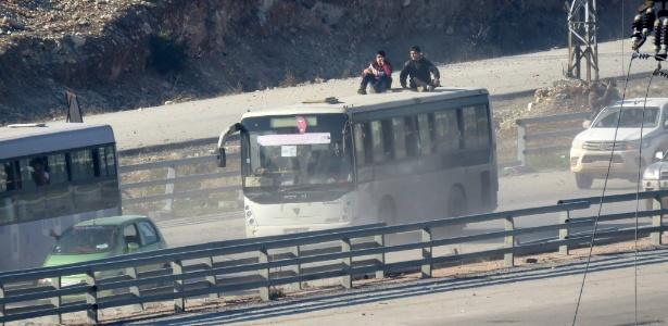 Ônibus traz pessoas que foram retiradas de Fua e Kafraya nesta segunda-feira (19)