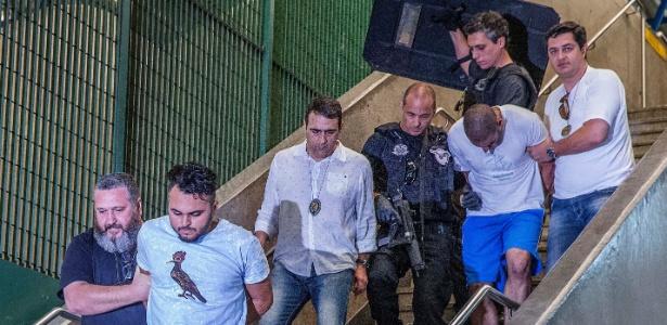 Ricardo do Nascimento (à frente, de camiseta branca) e Alípio Rogerio dos Santos (de bermuda azul) estão presos desde o dia 28 de dezembro - Marlene Bergamo/Folhapress