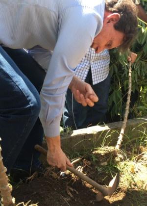 Crivella foi até a favela de Manguinhos para conhecer a horta comunitária da comunidade
