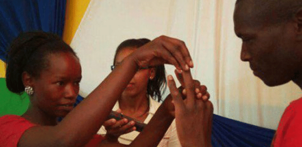 Ann e Wilson Mutura trocam votos durante seu casamento