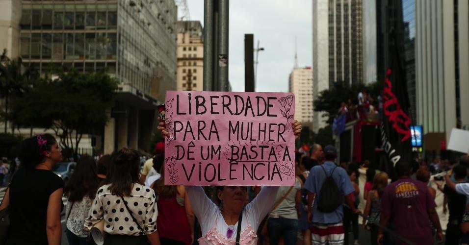 08.mar.2017 - Manifestantes realizam grande protesto na avenida Paulista pelos direitos das mulheres