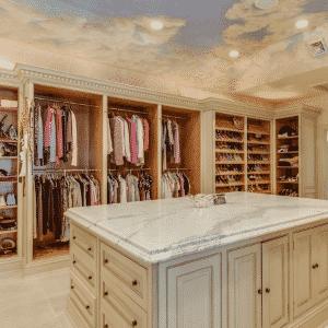 Um espaçoso closet para organizar as roupas - Divulgação