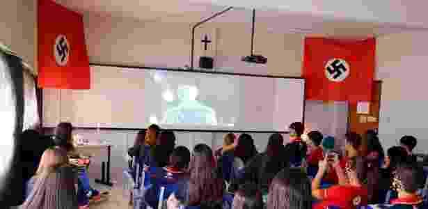 Alunos do colégio Santa Emília, no Recife, assistem à aula sobre regimes totalitários - Reprodução/Facebook