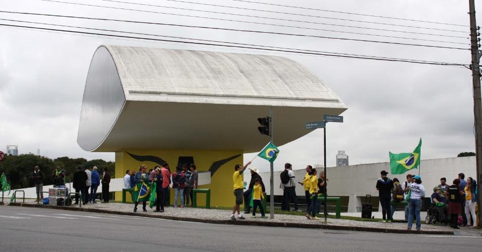 Manifestantes realizam ato contra o ex-presidente Luiz Inácio Lula da Silva, no Centro Cívico de Curitiba (PR)