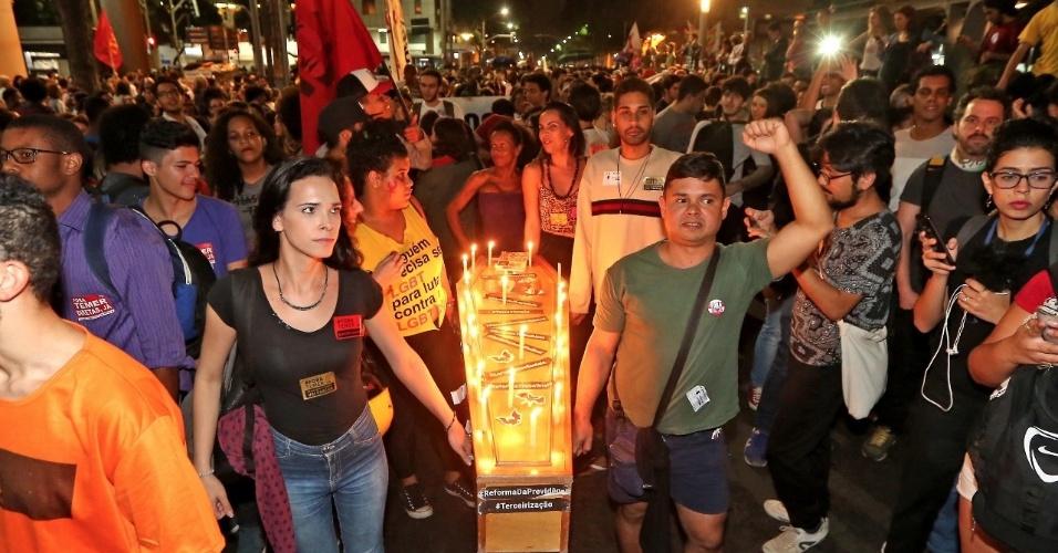 18.mai.2017 - Caixão também tinha velas e foi carregado por manifestantes que puxavam passeata no Rio de Janeiro