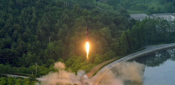 Imagem divulgada pela agência oficial norte-coreana KCNA mostra teste de míssil balístico em local não identificado na Coreia do Norte