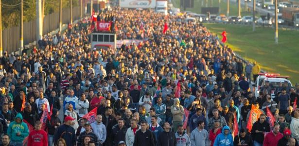 11.jul.2017 - Funcionários de empresas metalúrgicas bloqueiam a pista lateral da rodovia Anchieta, em direção ao interior de São Paulo