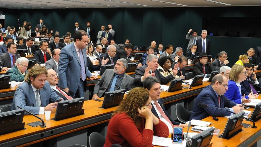 12.jul.2017 - Foto de discussão na Câmara dos Deputados, em que se vê maioria de homens brancos, e poucas mulheres ou negros - Luis Macedo/Câmara dos Deputados