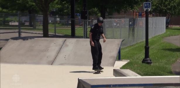 O policial Thierry Hinse-Fillion faz manobras com skate em Longueuil, no Canadá