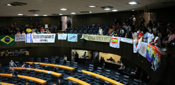 """7.dez.2017 - Manifestantes contrários e a favor do projeto de lei """"Escola sem Partido"""" ocupam as tribunas da Câmara Municipal de São Paulo enquanto aguardam a votação do PL"""