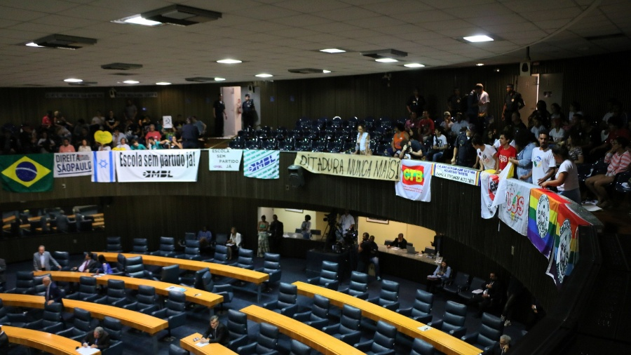 """Manifestantes contrários e a favor do projeto de lei """"Escola sem Partido"""" ocupam as tribunas da Câmara Municipal de São Paulo - CHARLES SHOLL/RAW IMAGE/ESTADÃO CONTEÚDO"""