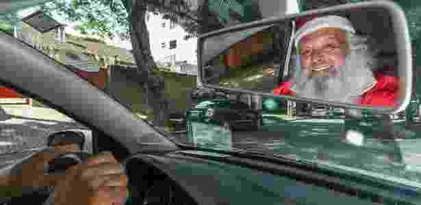 Paulo Duarte se apresenta como Papai Noel e motorista de aplicativos, como o Uber - Theo Marques/UOL