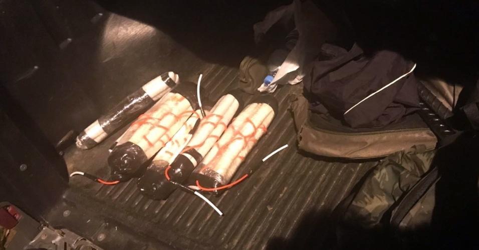 1º.mar.2018 - Bananas de dinamite foram apreendidas pela polícia, junto a metralhadora e munições, após operação policial que resultou na morte de sete suspeitos de integrar quadrilha especializada em roubo a banco, em Campinas (SP)