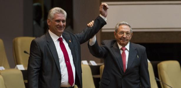 19.abr.2018 - Miguel Díaz-Canel (esq.), eleito o novo presidente de Cuba, recebe o governo do país de seu antecessor, Raúl Castro - Xinhua/Irene Pérez/CUBADEBATE