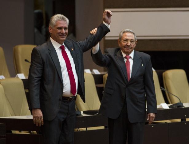 Miguel Díaz-Canel recebe o governo do país de seu antecessor, Raúl Castro