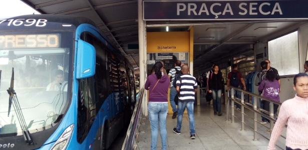 Passageiros aguardam BRT na estação Praça Seca, no Rio de Janeiro