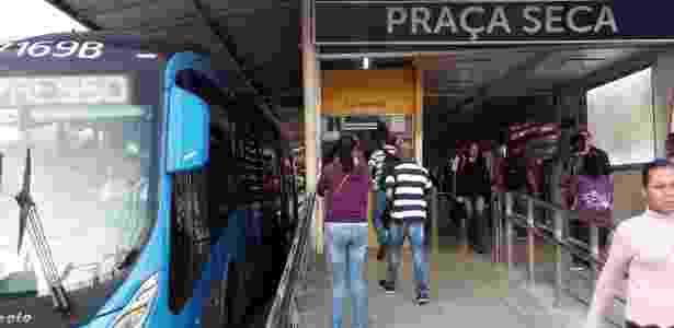 Passageiros aguardam BRT na estação Praça Seca, no Rio de Janeiro - Marcos Vidal/Futura Press/Estadão Conteúdo