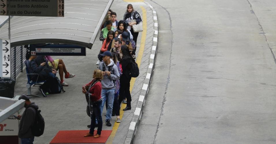 26.mai.2018 - Passageiros aguardam por ônibus no Terminal Bandeira, no centro de São Paulo, no sexto dia de paralisação de caminhoneiros pelo Brasil
