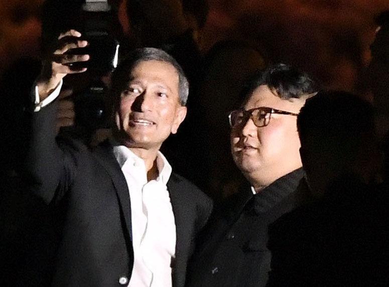 11.jun.2018 - O ministro das Relações Exteriores de Cingapura, Vivian Balakrishnan, tira uma selfie com o líder da Coréia do Norte, Kim Jong Un, durante uma visita ao parque Merlion em Singapura