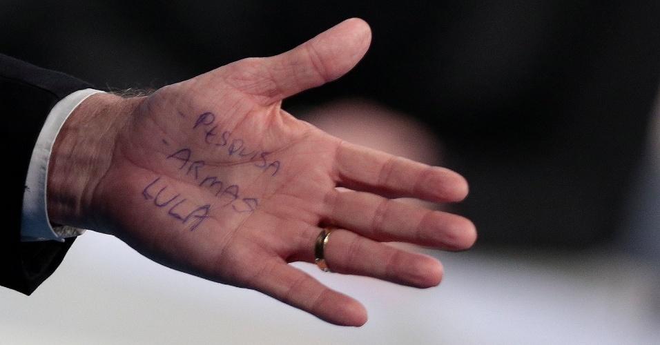 17.ago.2018 - Anotações na mão de Jair Bolsonaro (PSL) durante debate RedeTV!/IstoÉ