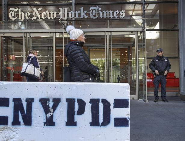 25.out.2018 - Polícia de Nova York em frente a sede do jornal The New York Times após explosivos terem sido enviados a políticos democratas e à sede da CNN - Drew Angerer/AFP