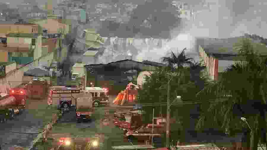 Incêndio destrói depósito das Casas André Luiz no Itaim Paulista, zona leste de São Paulo - Johnny Morais/Futura Press/Estadão Conteúdo