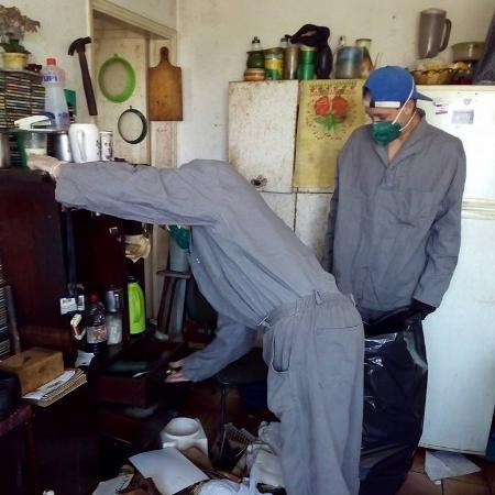 Equipe da Attuale Brasil, em São Paulo, faz a limpeza da casa de uma pessoa morta - Divulgação