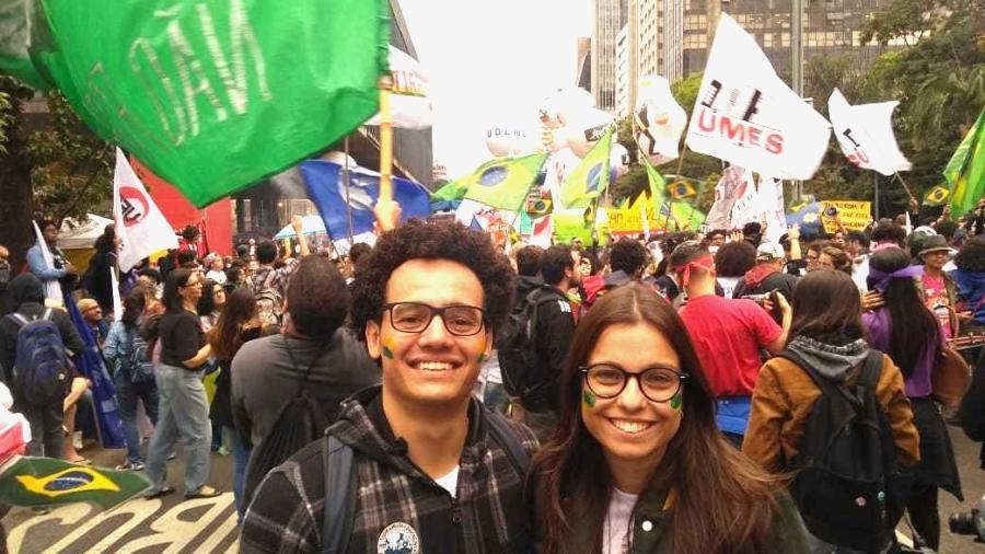 Rodrigo Lucas e Mariara Cruz na manifestação na avenida Paulista, em São Paulo, cercados por bandeiras do Brasil - Bernardo Barbosa/UOL